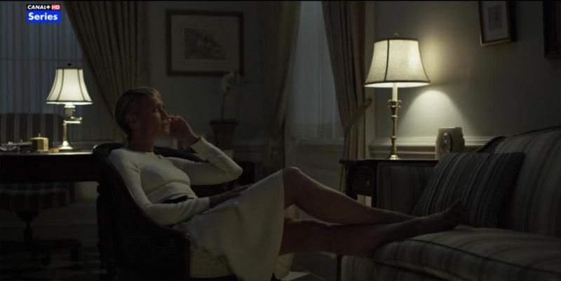 Claire Underwood con vestido de Roland Mouret